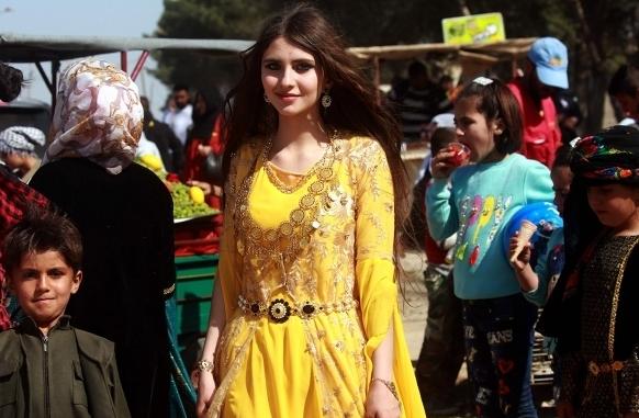 Pesona Gadis-Gadis Cantik asal Suriah Kurdi, saat Rayakan Tahun Baru Kurdi    Netlagi Online