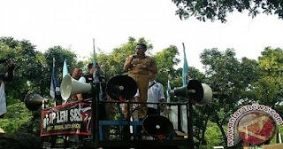 Temui Buruh yang Demo, Sandiaga Naik Mobil Komando Ajak Shalat Ashar Berjamaah