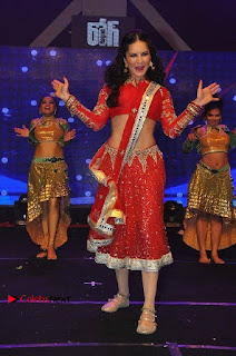 Bollywood Actress Model Sunny Leone Dance Performance in Red Half Saree at Rogue Audio Launch 13 March 2017  0132.jpg