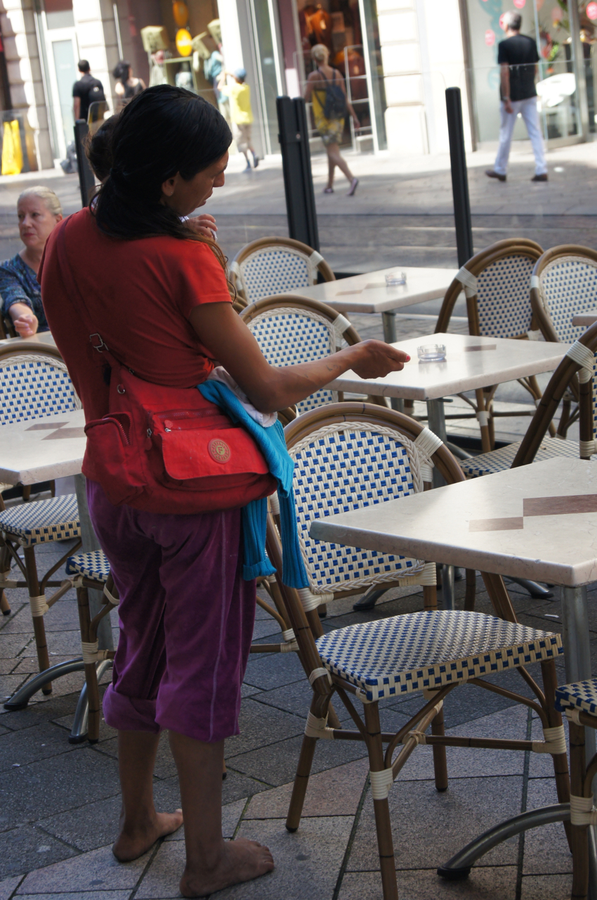 La Criminalité à Genève Mendiante Avec Son Bébé