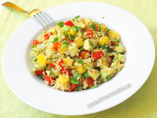 Ensalada de quinoa con aguacate y melocotón