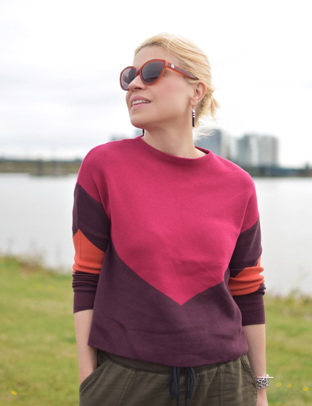 Gen X outfit inspiration c/o Monika Faulkner - colour-blocked sweater, House of Harlow 1960 sunglasses