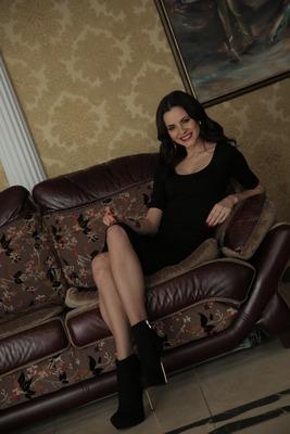 Ukrainische Frau kennenlernen_ Foto: Mila auf der Couch / Portraitfoto / Ukrainerin zum kennenlernen