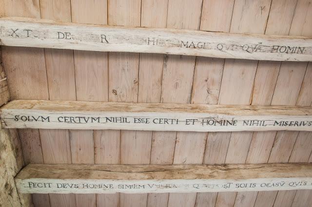 Citas latinas en el techo de la torre de Montaigne