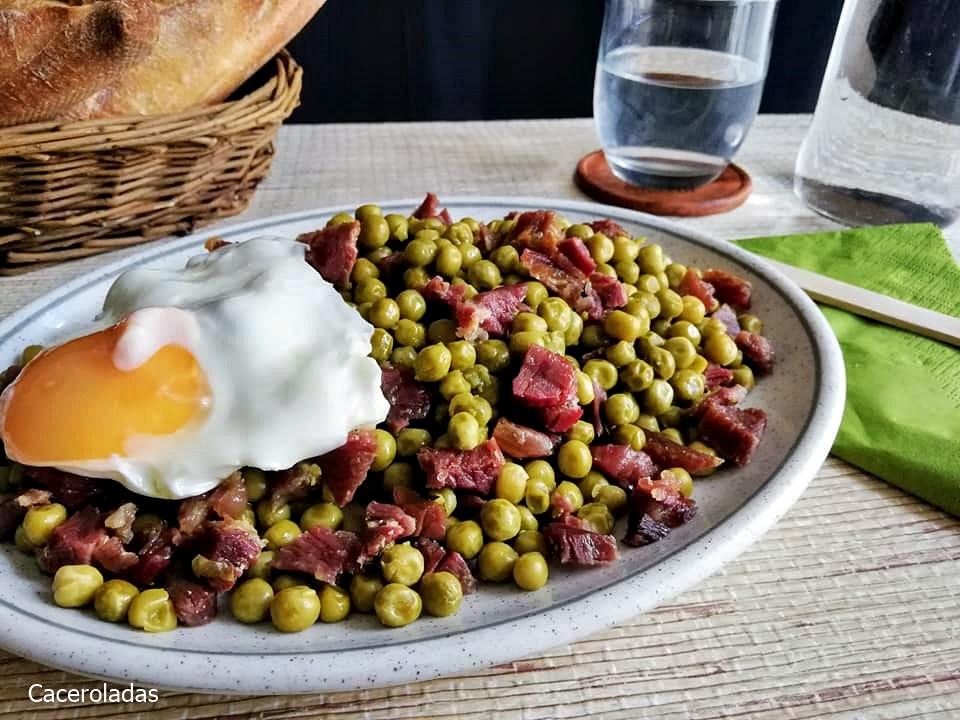 Guisantes con jamón y huevo