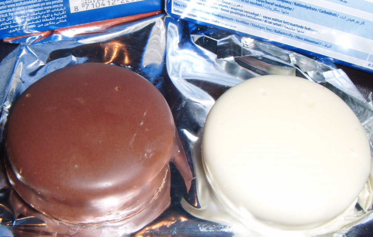 FOODSTUFF FINDS: Dipped Oreos [Milk and White Chocolate