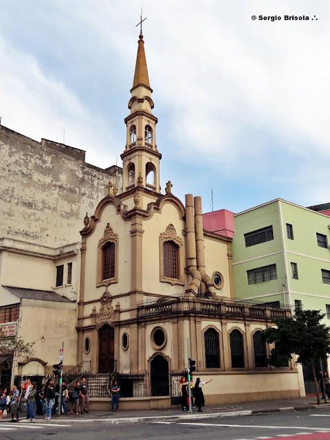 Fachada e lateral da Igreja Santa Cruz das Almas dos Enforcados - Liberdade - São Paulo