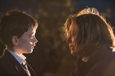 Lewis MacDougall (Conor) y Sigourney Weaver (abuela de Conor)