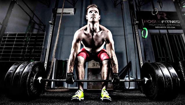 Entrenar Peso muerto hasta vomitar en el gym
