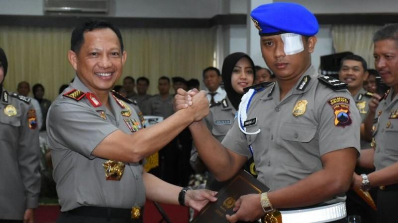 Kapolri Jenderal Tito Karnavian dan Bripka Bambang Adi Cahyono