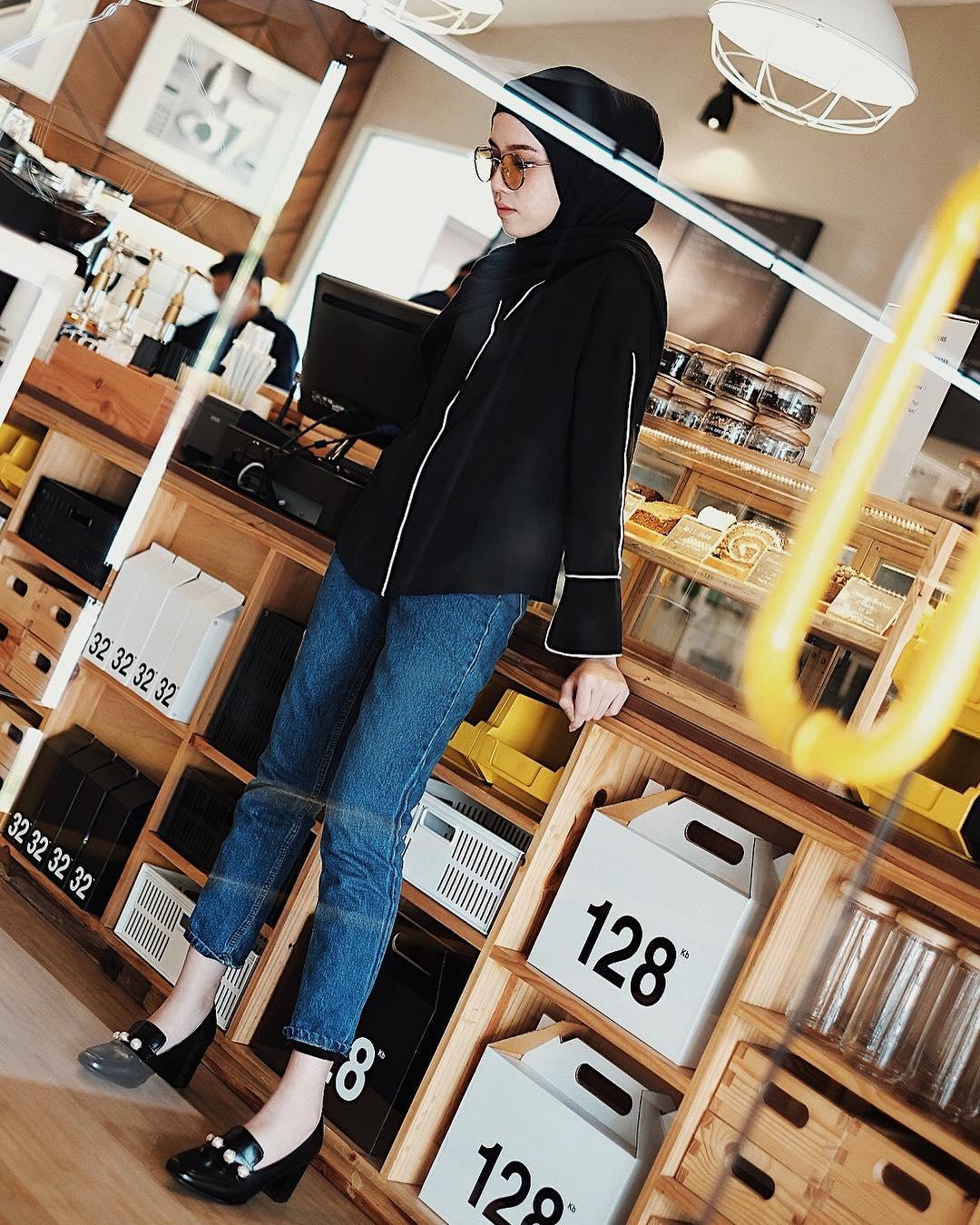 OOTD Baju Hijab Kekinian Ala Selebgram 2018 wedges heels pashmina ciput daleman kerudung top blouse shirt kemeja hitam garis putih sunglasses kacamata bulat gold pants jegging denim longpants jeans biru tua blue ootd outfit kekinian 2018 selebgram