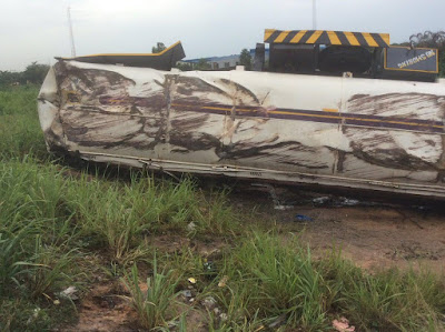 Photos: Residents defy rainfall to scoop fuel from a broken down tanker in Ogun state