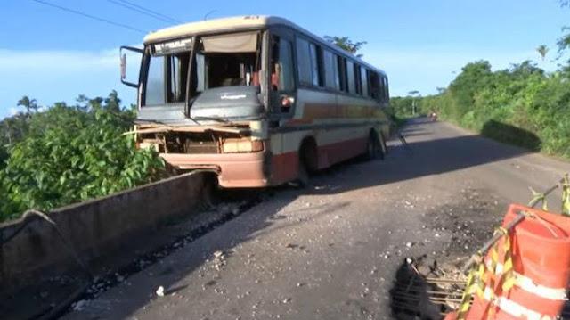 Ônibus com 40 pessoas desvia de carreta e quase cai de ponte no MA