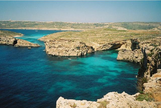 vista della blue lagoon di comino, malta