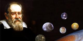 """Biografi Galileo Galilei - Penemu Teleskop   Galileo lahir di Pisa, Italia, 15 Februari 1564. Saat kuliah di Universitas Pisa, Galelio dijuluki """"si ngotot dan pembangkang dosen"""". Meskipun demikian, dia mampu menduduki posisi sebagai dosen di  universitas itu tahun 1589.Galileo berpendapat bahwa, baik benda berat maupun ringan jatuh pada  kecepatan yang sama, kecuali sampai batas mereka berkurang kecepatan akibat pergesaran udara. Teori ini  menumbangkan teori Aristoteles.  Salah satu penemuan Galileo yang penting di bidang astronomi adalah teori yang mengukuhkan teori Copernicus (heliosentrik) yaitu bumi dan semua planet lainnya berputar mengelilingi matahari, bertentangan dengan teori geosentrik Aristoteles. Agustus 1632 pengadilan gereja melarang penerbitan buku Dialoque on the Two Chief Word System, yang  diterbitkan di Florence 1632.  Pada Desember 1633, Galelio diadili dan dijatuhi hukuman rumah seumur hidup. Ia dituduh menyebarkan  teori yang menentang isi alkitab, ajaran sesat dan menghina ajaran gereja. Buku terakhirnya Discourses Concerning Two New Sciences akhirnya diterbitkan di Leiden tahun 1638. Tanggal 8 Januari 1642, Galileo meninggal dunia di kota arcetri.                                           Sumbangan penting pertamanya di bidang mekanika. Aristoteles mengajarkan, benda yang lebih berat jatuh lebih cepat ketimbang benda yang lebih enteng, dan bergenerasi-generasi kaum cerdik pandai menelan pendapat filosof"""