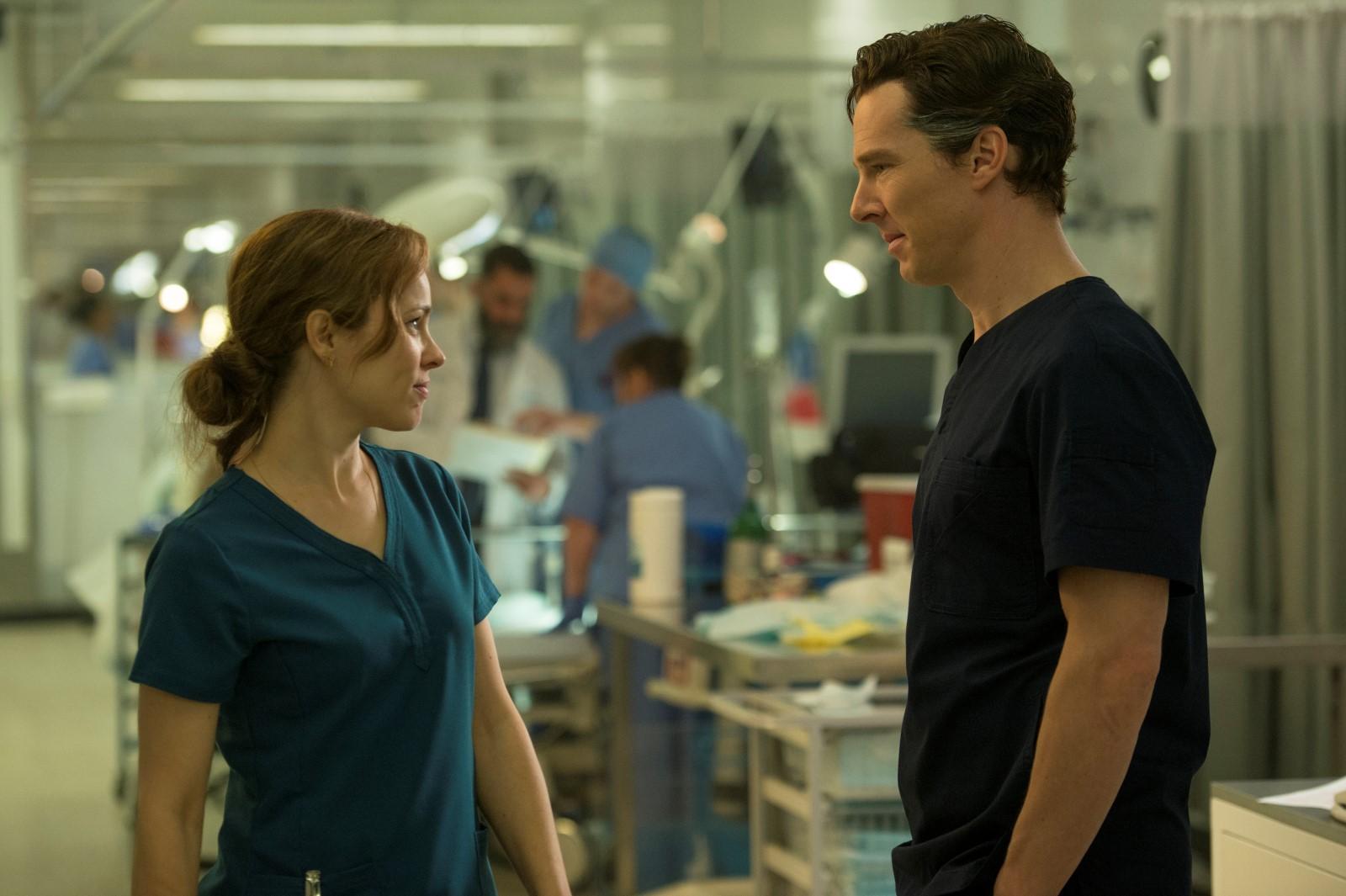 Rachel McAdams y Benedict Cumberbatch en Dr. Strange