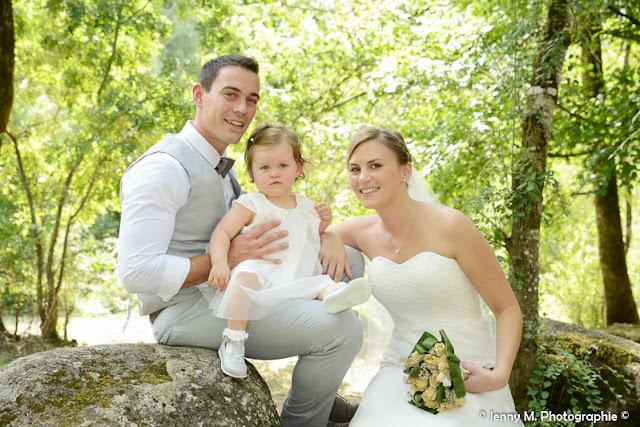 photo mariés avec petite fille assise sur rocher