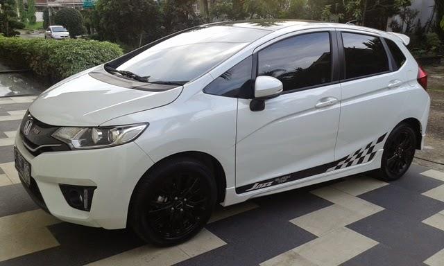 Mobil Honda Jazz RS white minimalis