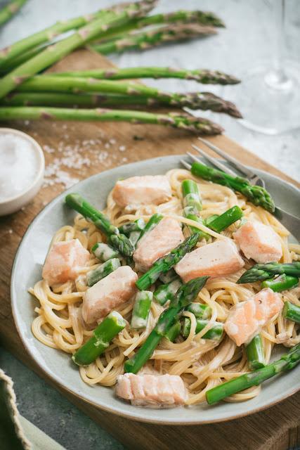 Assiette de spaghetti au saumon et aux asperges vertes
