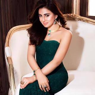 Ushna Shah age, mother, family, sister, husband, feet, father, dance, hot, dramas, drama list, movie, instagram, facebook, pics