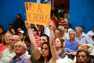 """En una audiencia pública, los vecinos que se oponen a la construcción del Metrobús lograron imponerse sobre quienes acompañan el proyecto. En tanto, desde el Gobierno denunciaron que la oposición """"infiltró"""" personas para ganar la votación."""
