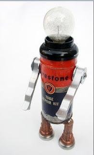 Robot hecho con material reciclado como bombillos y latas