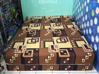 Kasur inoac motif abstrak minimalis kusen coklat