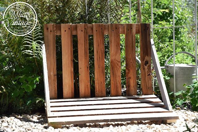 Zwei Holzlatten dienen als Armlehnen.