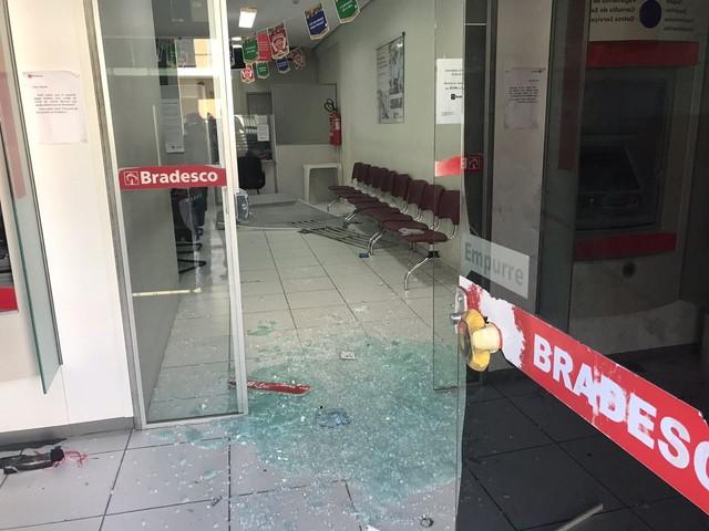 Bandidos tentam explodir caixas de banco e atiram contra PM na Grande Natal