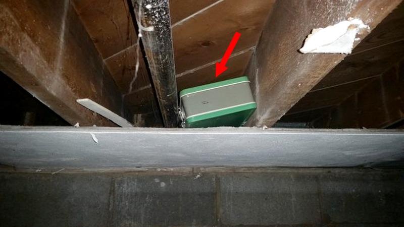 ماذا وجد رجل في حقيبة مخبأة في قبو منزله ؟