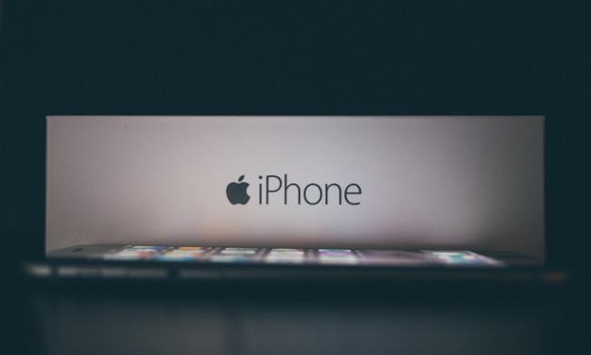 Коробка и телефон Айфон в темноте