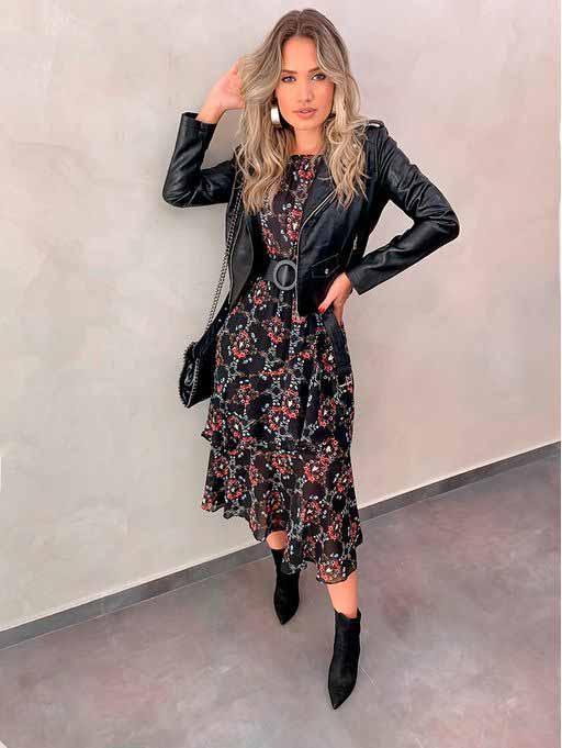 Vestido midi floral, jaqueta de couro e ankle boot