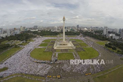 Ratusan ribu massa Aksi Bela Islam III di Monumen Nasional, Jakarta, Jumat (2/12). (FOTO : Republika/Yogi Ardhi)
