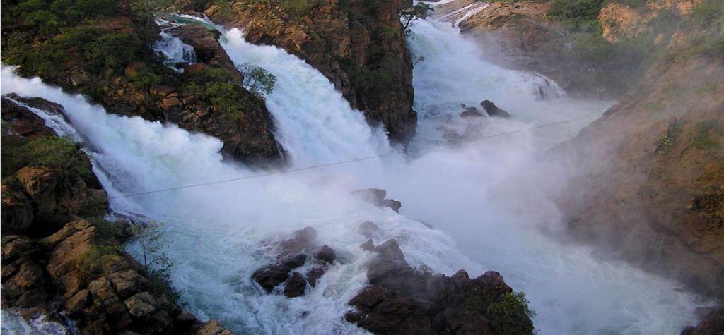 Paulo Afonso Falls (Air Terjun Paulo Afonso) adalah serangkaian air terjun di sungai São Francisco