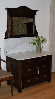 stara toaletka z kryształowym lustrem