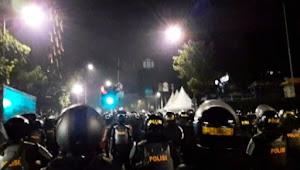 Polisi Pukul Mundur Massa Gunakan Gas Air Mata di Area Bawaslu RI