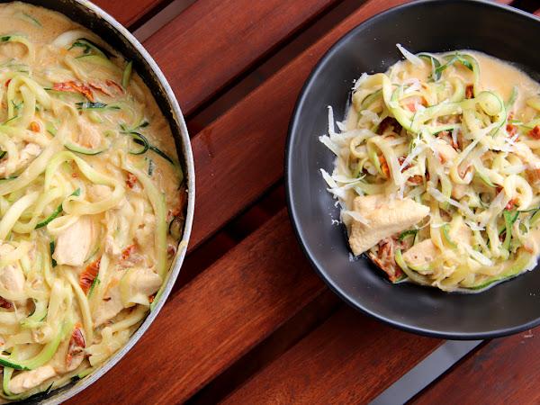 Zucchini Nudeln mit Hühnchen und cremiger Sauce