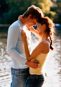 Imagen de una pareja de rubios abrazados