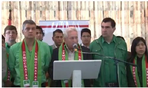 Costas junto al alcalde José María Leyes y el vicepresidente de Demócratas, Ernesto Suárez