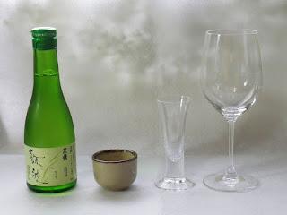 日本酒をワイングラスで飲む