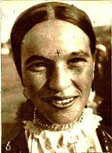 Femei cu o cruce in frunte