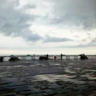 Pier_Hastings_dia_nublado_reflejos_agua