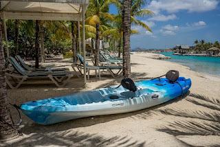 砂浜の青いカヌー