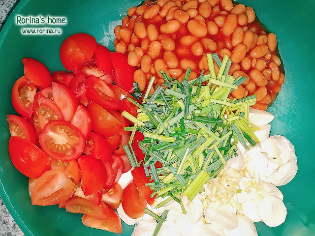 Пошаговый рецепт с фото салата: фасоль, помидоры, сыр, сухарики