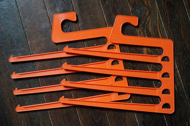 cintre cravate ceintures années 70 orange 1970s 70s tie hanger
