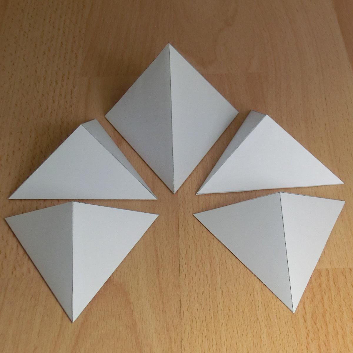 Tic Libre Cinco Piramides En Un Cubo