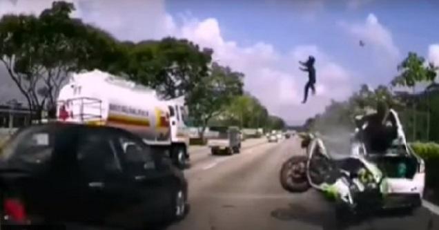 (Video) Tular Rakaman Dashcam Penunggang Motosikal Rempuh Kereta Rosak Di Lorong Kanan