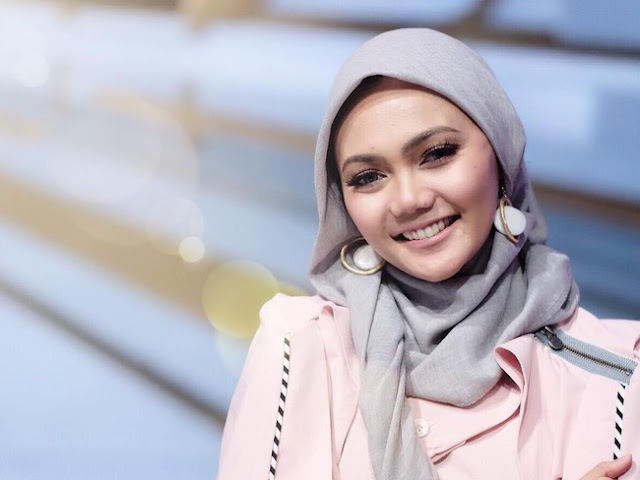 Heboh! Rina Nose Lepas Hijab