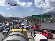 Jubilados y Pensionados, bloquean la autopista del sol, exigen pago del PPS desde el 2016