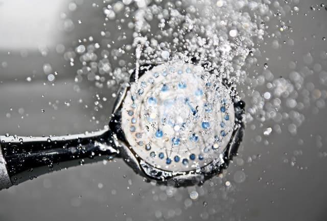 Membersihkan badan atau mandi, kalau malas berakibat ketahanan tubuh jadi korban lho..